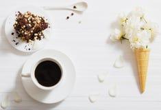Fleurs en cône de gaufre et gâteau de chocolat Photographie stock