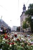 Fleurs en dehors d'église à Oslo après la terreur images stock