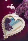 Fleurs en forme de coeur élégantes de miroir et de lilas image libre de droits
