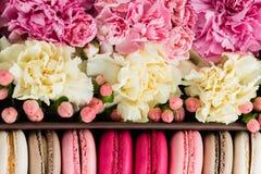 fleurs en gros plan et macarons Fond Photos stock