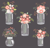 Fleurs en pastel dans des pots de maçon Photo stock