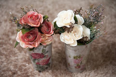 Fleurs en plastique dans les poubelles Image libre de droits