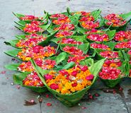 Fleurs en vente au temple hindou, Inde Image stock