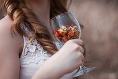 Fleurs en verre de main de fille Image stock