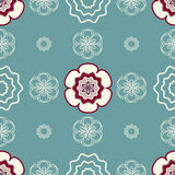 Fleurs enes ivoire et rouge-foncé sur un fond Verdâtre-bleu clair Image stock