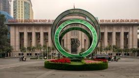 Fleurs et affichage devant les sièges sociaux de la banque d'Etat du Vietnam à Hanoï, Vietnam photographie stock libre de droits