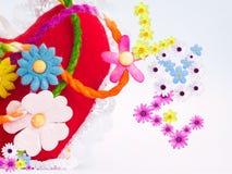 Fleurs et amour de coeur à l'arrière-plan brouillé Images stock