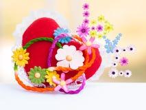 Fleurs et amour de coeur à l'arrière-plan brouillé Image stock