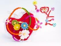 Fleurs et amour de coeur à l'arrière-plan brouillé Photographie stock libre de droits