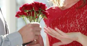Fleurs et bague de fiançailles de offre d'homme banque de vidéos