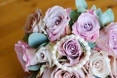 Fleurs et bijou roses de mariées Photo stock