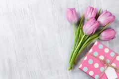 Fleurs et boîte-cadeau roses frais de tulipe Photos libres de droits