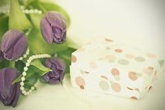 Fleurs et boîte Rétro photo Images stock