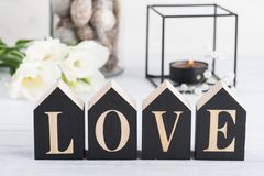 Fleurs et bougie allumée, amour en bois de lettre Image libre de droits