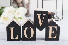 Fleurs et bougie allumée, amour en bois de lettre Photo stock