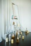 Fleurs et bougies à la cheminée Photographie stock libre de droits