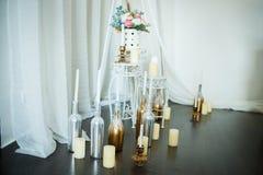 Fleurs et bougies à la cheminée Images stock