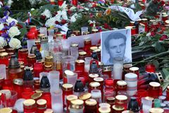 Fleurs et bougies placées à Prague à la place de St Wenceslas pour commémorer le cinquantième anniversaire de la mort de martyre  photos libres de droits