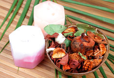 Fleurs et bougies sèches d'Ayurvedic Photos stock
