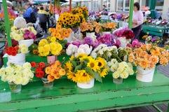 Fleurs et bouquets colorés d'automne sur le marché Photos stock