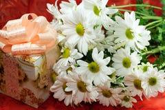 Fleurs et cadeau Image libre de droits