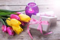 Fleurs et cadeaux Images libres de droits