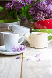 Fleurs et café lilas Photos libres de droits