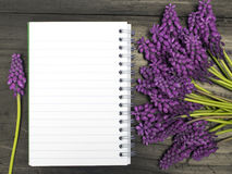 Fleurs et carnet vide Photo libre de droits