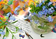 Fleurs et carte postale Photographie stock libre de droits