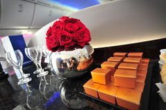 Fleurs et chocolats pour accueillir des passagers à bord de Qatar Airways Boeing 787-8 Dreamliner à Singapour Airshow Images stock