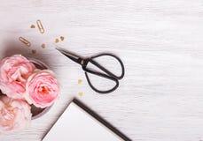 Fleurs et ciseaux de jardin Photos stock