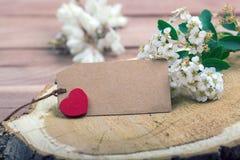 Fleurs et coeur sur le bois avec l'étiquette photo libre de droits
