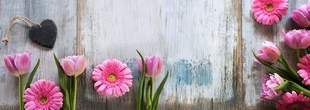 Fleurs et coeur sur un fond de vintage Photographie stock