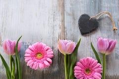 Fleurs et coeur sur un fond de vintage Photo libre de droits