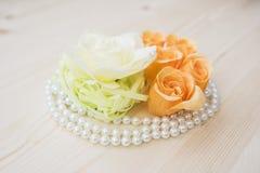 Fleurs et composition en perles Photos stock