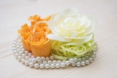 Fleurs et composition en perles avec des roses Photographie stock libre de droits