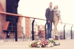 Fleurs et couples heureux Images stock