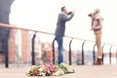Fleurs et couples perdus d'argumentation Photographie stock libre de droits
