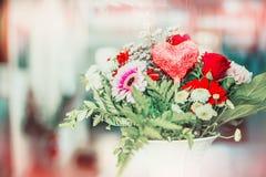 Fleurs et décor de coeur dans le vase, d'intérieur Photos stock