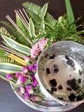 Fleurs et eau thaïlandaises avec de l'eau concinna d'acacia du som POI dans le plateau avec le piédestal sur la table en bois (ut Image stock