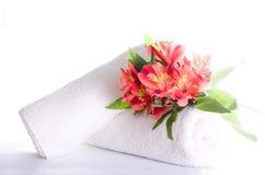 Fleurs et essuie-main photo stock
