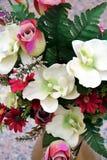 Fleurs et feuilles colorées fraîches, fond floral romantique Photographie stock libre de droits