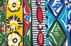 Fleurs et formes sur le tissu coloré Photographie stock libre de droits