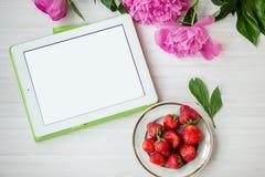 Fleurs et fraises sur un fond blanc Image stock