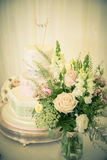 Fleurs et gâteau Photo libre de droits