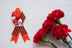 Fleurs et George Ribbon d'oeillet sur le fond clair abstrait Jour de victoire - 9 mai Jubilé 70 ans Photos libres de droits