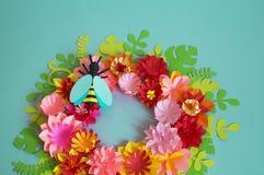 Fleurs et insectes faits à partir du papier sur un fond bleu Fleurs tropicales et un papillon Photos stock