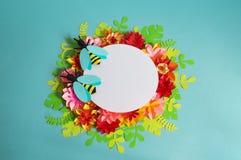Fleurs et insectes faits à partir du papier sur un fond bleu Fleurs tropicales et un papillon Image stock