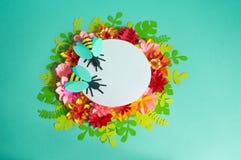 Fleurs et insectes faits à partir du papier sur un fond bleu Fleurs tropicales et un papillon Photographie stock libre de droits