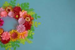 Fleurs et insectes faits à partir du papier sur un fond bleu Fleurs tropicales et un papillon Photo libre de droits
